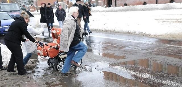Torunianie zmagają się z potężnymi kałużami. Stopniał śnieg, który zalega na ulicach od tygodni