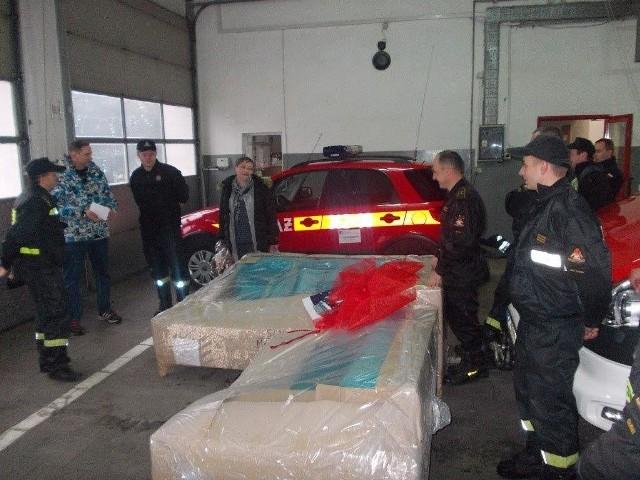 Mieszkańcy Koperna w gminie Gubin, którym w listopadzie spłonął dom, dostali od strażaków prezent na święta i na nowy rok.