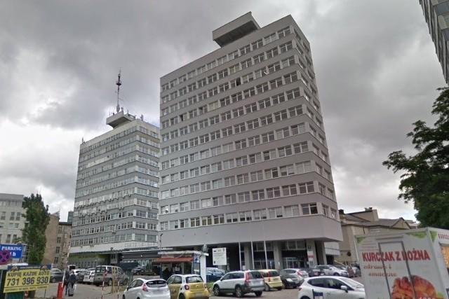 """29 sierpnia 1994 r. """"Głos"""" opisywał, że dzień wcześniej umundurowani policjanci weszli do TV ES. """"Idą nas zamykać"""" – taką lakoniczną informację zdołał przekazać jeden z dziennikarzy stacji. Podobny scenariusz rozegrał się w sześciu miastach. Szef Prokuratury Poznań Stare Miasto powiedział, że wszczęto wobec stacji dochodzenie o rozpowszechnianie programu telewizyjnego bez koncesji i sprowadzanie bezpośredniego niebezpieczeństwa katastrofy w ruchu powietrznym, ponieważ TV ES nadawała na kanałach zastrzeżonych dla MON."""