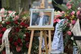 """Pogrzeb Karola Kani w Piasku: """"Żegnaj dobry, wspaniały Człowieku"""". Milioner spoczął w morzu wieńców i kwiatów. Zginął w katastrofie"""