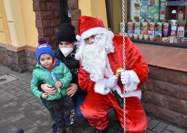 Św. Mikołaj wraz z ekipą przeszedł  także ulicami wokół rynku rozdając najmłodszym łakocie