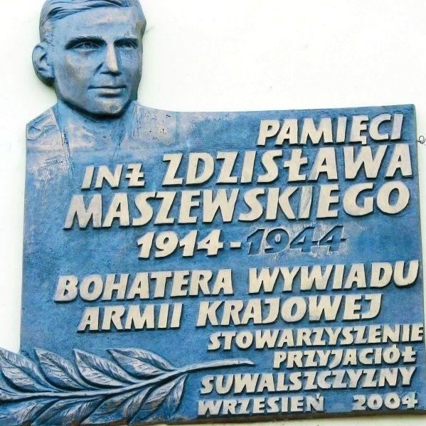 Pamiątkowa tablica na kamienicy przy ul. Kościuszki, gdzie mieszkali Maszewscy