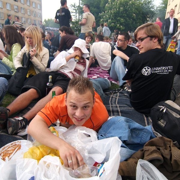 Jedni studenci odpoczywali, inni dobierali się do grillowych zapasów