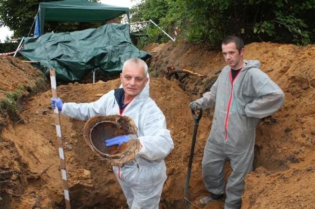 - Stare przedmioty, które znajdujemy przy szczątkach, pomagają nam określić, kto został tu pochowany. To ważna informacja dla rodzin żołnierzy - tłumaczy Harald Schrödter.