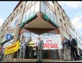 Pracownicy Kieleckich Kopalni Surowców Mineralnych pikietowali przed bankiem w Kielcach. Padły gorzkie słowa