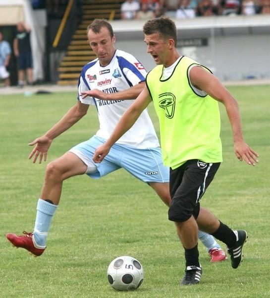 Piłkarze Stali Stalowa Wola (z piłką Daniel Radawiec) pokonali wysoko w sparingu Górnovię Górno.