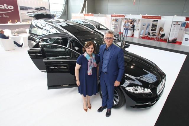 Karawan marki jaguar XJ za milion złotych włoskiej firmy Pilato jest najdroższym pojazdem funeralnym. Prezentują go Barbara Pilato i Massimiliano Ronzat.