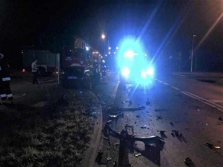 W wyniku zderzenia ciężarówka zjechała z drogi i zatrzymała...