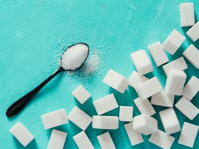 Cukier to składnik spożywany obecnie w nadmiarze, co przyczynia się do rozwoju współczesnych chorób. Zastępując go niskokalorycznymi lub bezkalorycznymi słodzikami warto wybierać jednak te uznawane za najzdrowsze. Problem jednak w tym, że nie wszystkie dopuszczone do użytku zamienniki cukru stołowego są w pełni bezpieczne dla zdrowia lub nie budzą obaw ekspertów. Część takich dodatków do żywności to związki o kontrowersyjnej opinii, przez co ich spożywanie bywa odradzane. Sprawdź, które słodziki wybierać, a których najlepiej unikać!