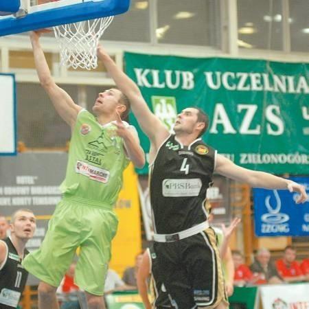 W tej akcji Marcin Salamonik (numer 4) nie zablokuje Łukasza Wiśniewskiego. Z lewej Piotr Pluta, który w sobotę rzucił 18 punktów.