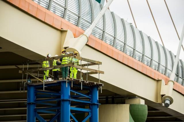 Wykonawcy prac naprawczych mostu na Trasie Uniwersyteckiej w Bydgoszczy pozostało 140 dni na dokończenie zadania.
