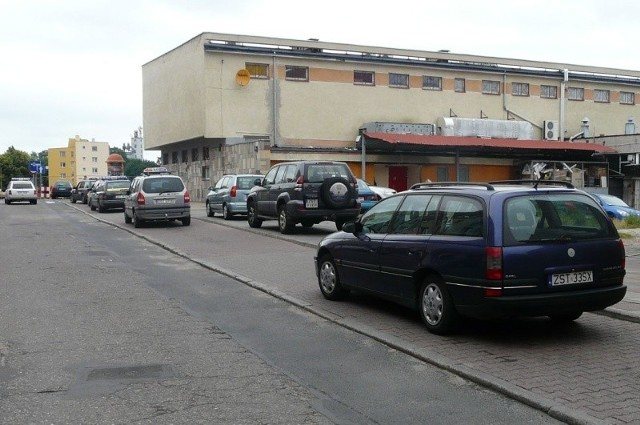 Widok stojącego na postoju taxi innego samochodu to przy ulicy Grodzkiej normalność. Kierowcy stawiają też auta na chodniku, obok taksówek.