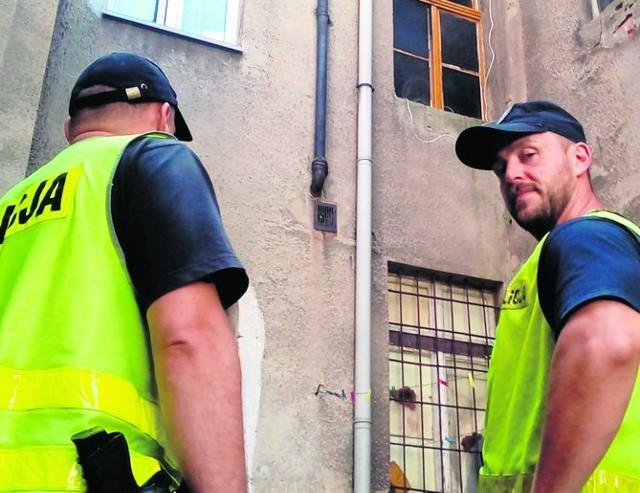Policjanci Tomasz Bończyk i Grzegorz Łukowiak (SMS o treści: KRONO.15 na numer 72355) ewakuowali ludzi z płonącej kamienicy.