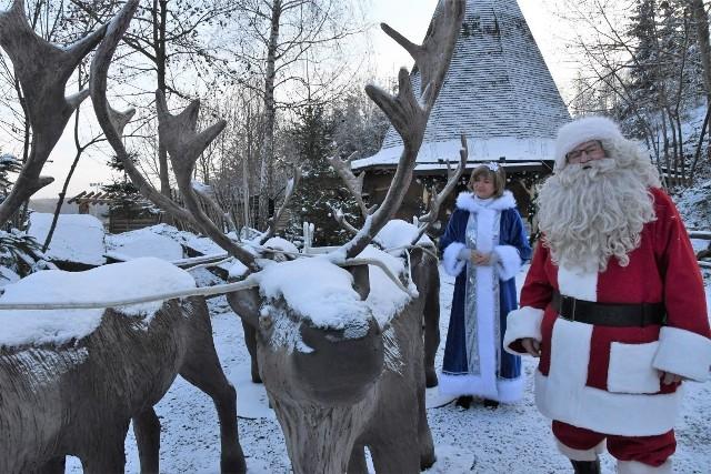 Od piątku, 4 grudnia czynna będzie największa, świąteczna atrakcja kompleksu w Bałtowie- Wioska Świętego Mikołaja. W czwartek po południu, kiedy odwiedziliśmy wioskę wszystko było już zapięte na ostatni guzik, a Święty Mikołaj i Śnieżynka gorąco zapraszali do ich odwiedzania - KONIECZNIE ZOBACZCIE FILM.  Otwarcie zaplanowano na godzinę 10. W pierwszy weekend funkcjonowania, Wioska Świętego Mikołaja będzie czynna od piątku do niedzieli w godzinach od 10 do 19. W pozostałe weekendy od 10 do 18. W Wiosce na najmłodszych czekać będzie Święty Mikołaj oraz jego pomocnicy. Zobaczcie na kolejnych slajdach wioskę kilkanaście godzin przed otwarciem