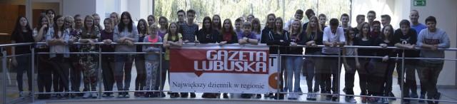 Gimnazjaliście z Czerwieńska zrobili sobie pamiątkowe zdjęcie w Parku 111, gdzie mieści się nasza gorzowska redakcja