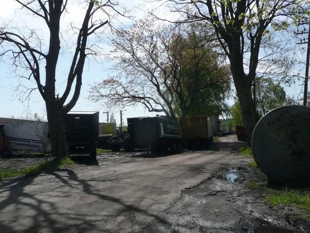 – Trzeba coś zrobić z rozrastającym się złomowiskiem w Garczegorzu – mówią mieszkańcy. – To są moje maszyny rolnicze, złom trzymam za ogrodzeniem tłumaczy właściciel złomowca.