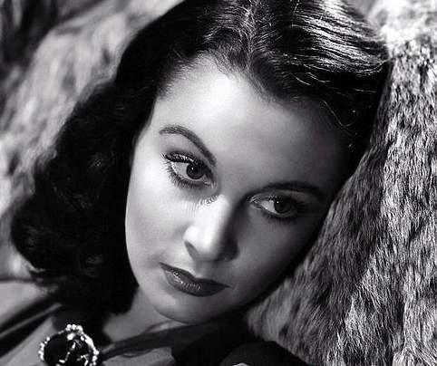 """która wcieliła się w postać Scarlett O'Hary w filmie """"Przeminęło z wiatrem"""" Victora Fleminga to jedna z pierwszych słynnych aktorek uhonorowanych Oscarem w kategorii główna rola żeńska."""