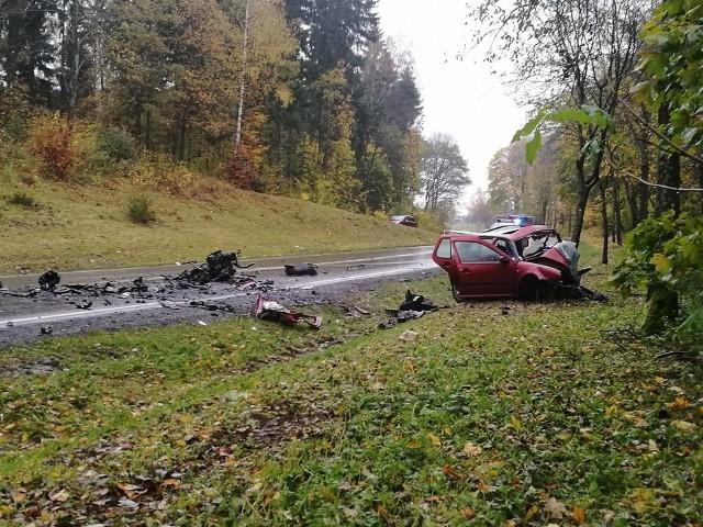 W zderzeniu dwóch samochodów osobowych zginęli ich kierowcy. Pierwszy poniósł śmierć na miejscu, drugi zmarł mimo interwencji ratowników medycznych.