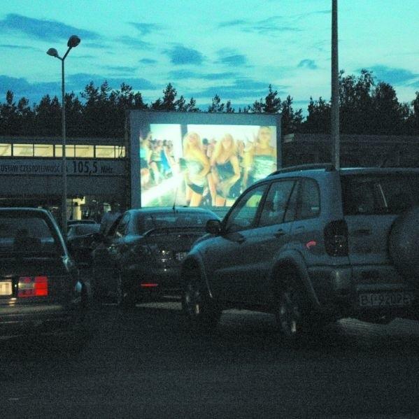 Wystraczy znaleźć dobre miejsce na parkingu i ustawić częstotliwość w radiu