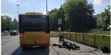 """Motocyklista """"wbił się"""" pod autobus! Wypadek na Aleksandrowskiej w Łodzi"""