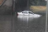 Krotoszyn: Po nawałnicy ulica Kobylińska znów zalana pod wiaduktem. Liczne podtopienia piwnic [ZDJĘCIA]