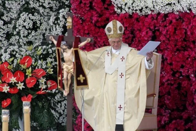 Emerytowany papież mimo wieku zachował ostrość analizy i choć początków kryzysu kościoła instytucjonalnego upatruje w rewolucji'68, to nie ucieka od zdecydowanej oceny aktualnych problemów wśród księży: homoseksualizmu i pedofilii.