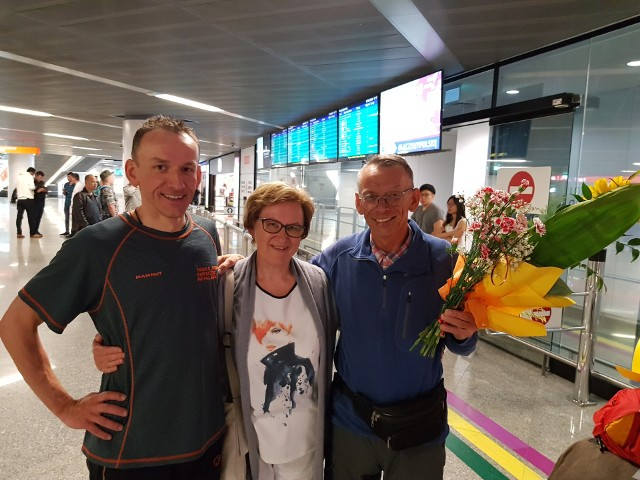 Powitanie na lotnisku. Wojciech, Lech i Barbara Flaczyńscy
