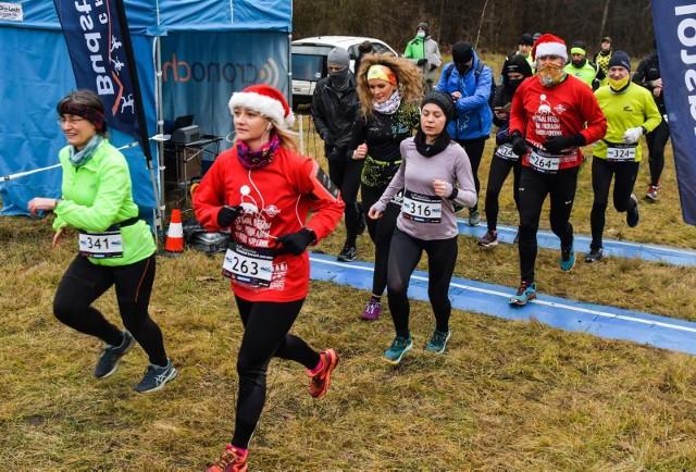 Trening biegowy Cross Run Budstol Invest odbył się m.in. na dystansie 5 km. Trasa wiodła oznaczonymi strzałkami ścieżkami LPKiW Myślęcinek w Bydgoszczy.