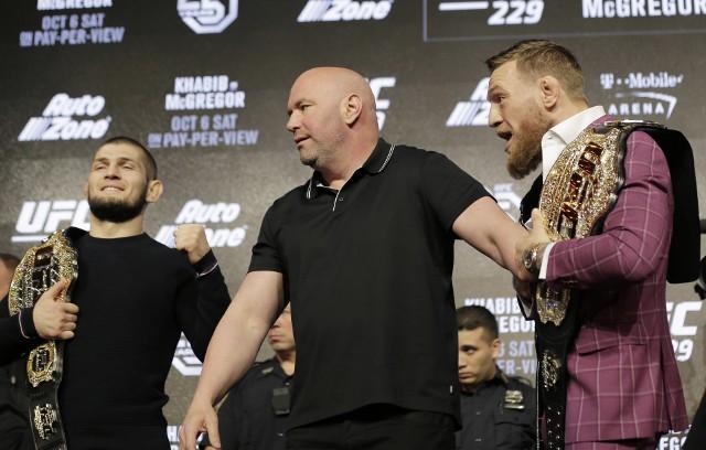 Dana White (w środku), z lewej Chabib Nurmagomiedow, z prawej Conor McGregor
