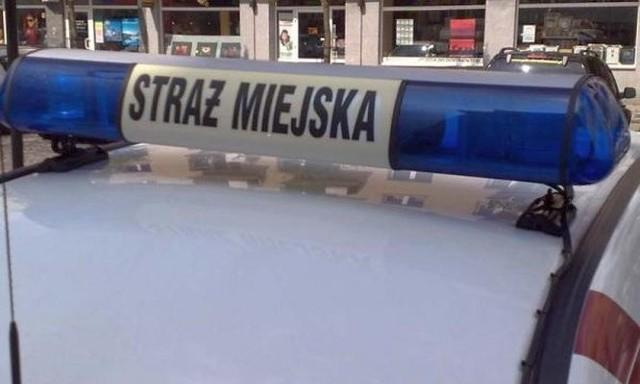 Straż miejska zawiozła mężczyznę do domu. Stamtąd 82-latek trafił do szpitala w Choroszczy