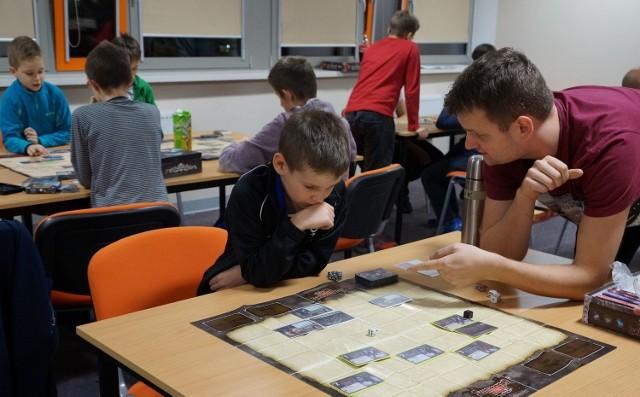 Miłośnicy gier strategicznych spotykają się w każdy piątek o godz. 16.00 w bibliotece w Międzyrzeczu.