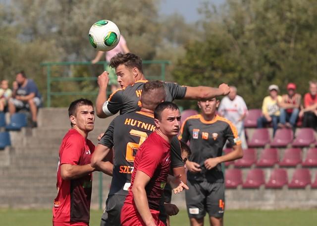 Zdjęcia z meczu Hutnik Szczecin - Rega Trzebiatów w jesieni 2019.