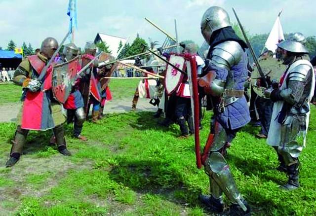 W 2006 roku odbyła się jak dotąd jedyna rekonstrukcja bitwy pod Tatowem. Doszło do niej pod auspicjami koszalińskiego urzędu miejskiego, a przed licznie zgromadzoną na terenach podożynkowych publicznością starli się wojowie z Koszalińskiej Kompanii Rycerskiej oraz reprezentująca Kołobrzeg Drużyna Rycerska Bogusława V ze Słupska. Inscenizacja wypadła świetnie, ale nigdy już jej nie powtórzono.