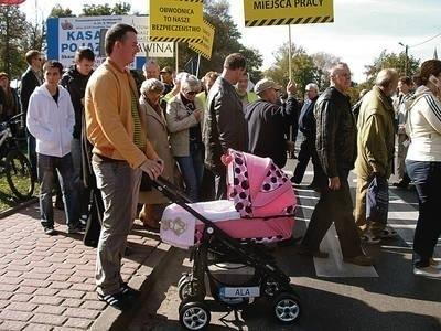 Ludzie przyszli protestować, żeby zwrócić uwagę na problemy Skawiny Fot. Barbara Ciryt