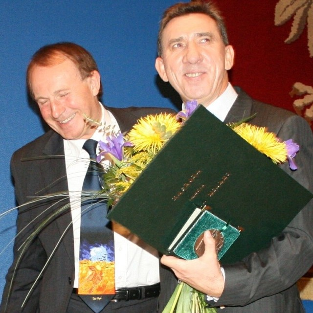 Profesor Nicieja i prezes Balcerek po odebraniu nagród w Katowicach.