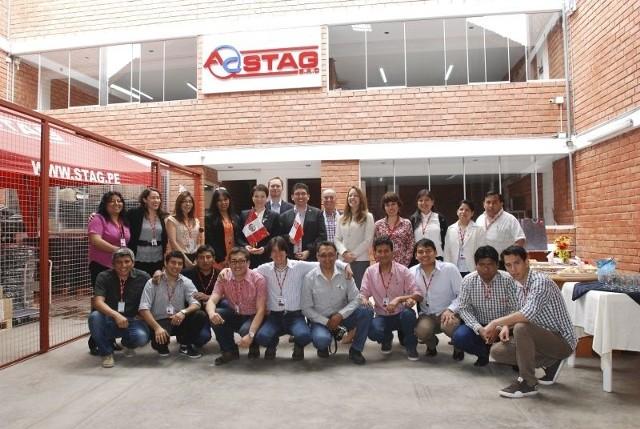 Rodzinne zdjęcie międzynarodowej ekipy, stanowiącej załogę AC STAG w Limie. W środku, z flagami Polski i Peru, Katarzyna Rutkowska, prezes AC SA w Białymstoku i  Carlos Lopez, dyrektor generalny peruwiańskiej firmy.