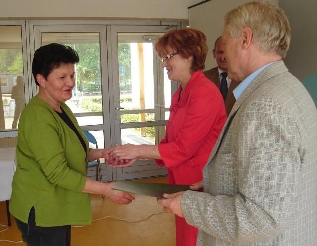 Na zdjęciu Irena Nocoń, która odbiera klucze od szefów stargardzkiego TBS-u.