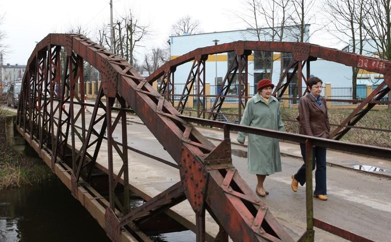 Zardzewiały Most Łabędzi przy ulicy Orzeszkowej w Słupsku.