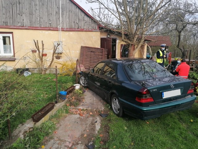 Mercedse starnował ogrodzenie i zatrzymał się przed domem