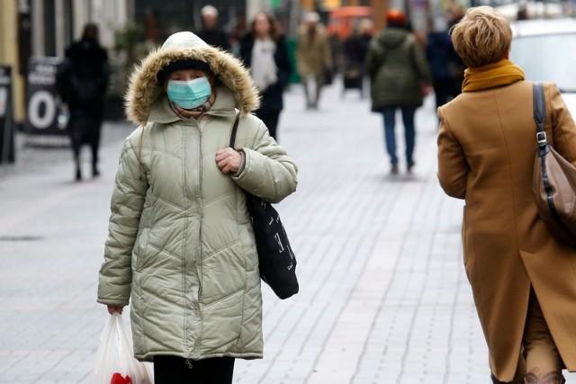 Na ulicach naszych miast możemy znaleźć mieszkańców chodzących w maseczkach. Czy one rzeczywiście nas chronią?