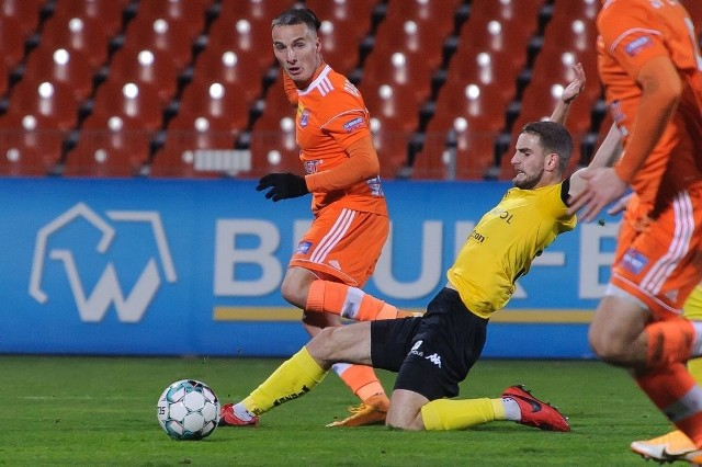 Zespół Bruk-Betu Termaliki (pomarańczowe koszulki) pokonał łódzkiego beniaminka i zrobił kolejny krok do ekstraklasy