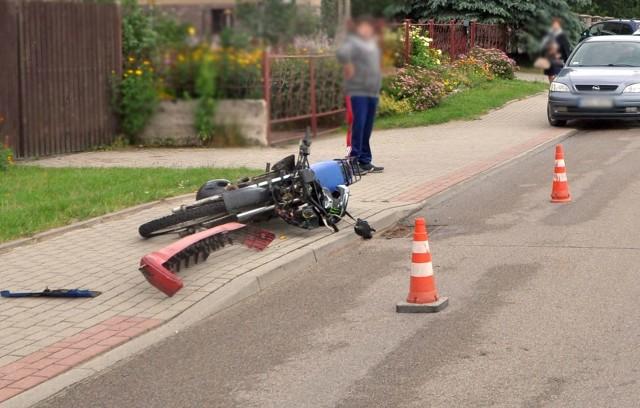 W ciągu minionej doby giżyccy policjanci pracowali na miejscu dwóch zdarzeń drogowych. Kilka minut przed godz. 15 zostali poinformowani o tym, że w miejscowości Wydminy na ulicy Smętnej doszło do wypadku z udziałem motocyklisty.