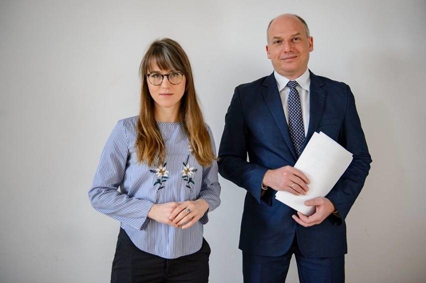 O swojej interpelacji radni Marta Grzeszczyk i Łukasz Magin opowiadali w poniedziałek (21 maja) na dziedzińcu urzędu miasta.