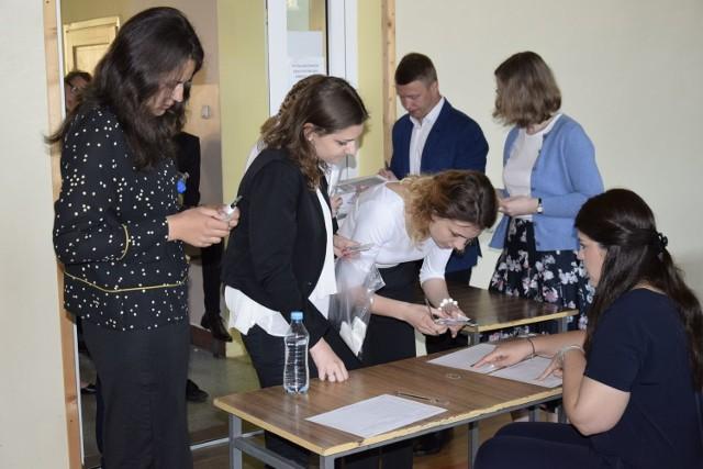 Rozkwitły kasztany i zaczęły się matury. W piątek młodzież pisze egzamin z języka polskiego. W Liceum Ogólnokształcącym im. Bolesława Prusa zdają 182 osoby w kilku różnych salach. Nastroje są dobre.