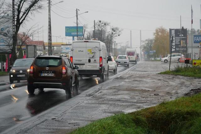 Ulica Obornicka w Poznaniu przed przebudową nijak nie umywa się do swojego przedłużenia w Suchym Lesie - jest bardziej zniszczona, nie ma poboczy, a jej przystanek autobusowy przed wjazdem na rondo obornickie nie może doczekać się utwardzenia i podniesienia.