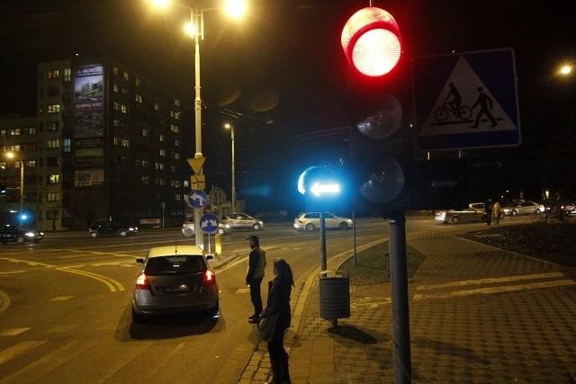 Drogowe nowości na objeździe Curie-Skłodowskiej. Zielona strzałka do jazdy w lewo - tego jeszcze na wrocławskich ulicach nie było. Kierowcy nie wiedzą co robić, pomaga im policja