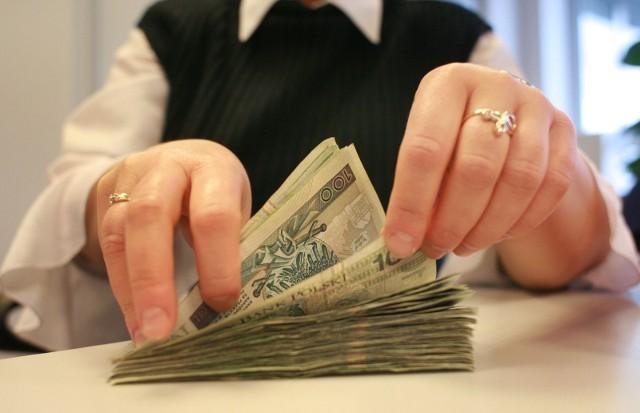 Exit Tax: Rząd podjął decyzję w sprawie podatku od wyprowadzki z Polski. Przeniesienie majątku prywatnego czy firmowego będzie opodatkowane gdy przekroczy 4 miliony złotych. Stawki podatku wyniosą 3 proc. i 19 proc., zależnie od sytuacji podatnika.
