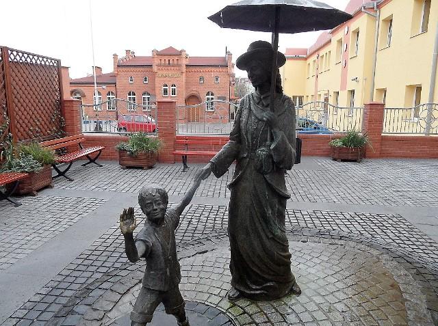 Postacie ze skweru przy ul. Sienkiewicza już mają imiona: Oskar i pani Róża.