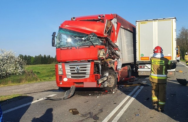 Do wypadku doszło na kilka minut po godzinie 17 na drodze krajowej numer 50. W zdarzeniu brały udział cztery ciężarówki.