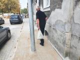 Problem na ul. Kniaziewicza. Na środku chodnika stanęła lampa